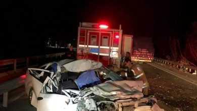 Photo of İzmir'de otomobil kamyona çarptı: